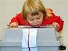 Malá zvědavka zkoumá útrobí volební urny.