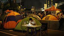 Studium nepo�ká. Mladý demonstrant v Hongkongu se ve volné chvíli u�í. | na serveru Lidovky.cz | aktu�ln� zpr�vy