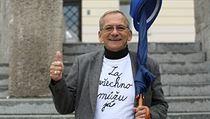 Jaroslav Kubera s tri�kem, které hlásá �Za v�echno m�u já� p�ed radnicí v... | na serveru Lidovky.cz | aktu�ln� zpr�vy
