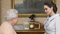 Britská královna udělila herečce Jolie šlechtický titul.