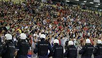 Srbští policisté dohlížejí na dění v hledišti během utkání s Albánií.
