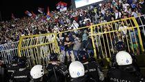 Srbští fanoušci během fotbalového utkání s Albánií.