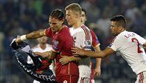 Srbský fotbalista Nemanja Gudelj odmítá dát fotbalistům Albánie vlajku jejich země.