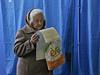 Ukrajinské babičky chodí k volbám po cestě z nákupů.