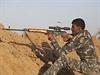 Irácký snajpr pálí na nepřítele poblíž města Džurf as-Sachr.