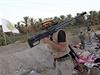 Šíítský bojovník patroluje u města Džurf as-Sachr.