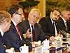 Prezident Milo� Zeman (uprost�ed) zabr�n do hovoru s ��nsk�m premi�rem Li Kche-�chiangem 27. ��jna v Pekingu.