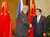 Prezident Miloš Zeman s čínským premiérem Li Kche-čchiangem v Pekingu. Na pozadí česká vlajka v obklopení dvou čínských.