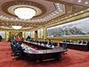 Milo� Zeman s ��nsk�m prezidentem Si �in-pchingem v zasedac� m�stnosti Velk�ho s�lu lidu v Pekingu.