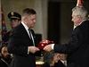 Slovenský premiér Robert Fico (vlevo) převzal 28. října na Pražském hradě...