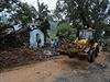 Odklízení trosek po sesuvu půdy na Srí Lance
