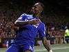 Didier Drogba z Chelsea oslavuje vstřelenou branku.