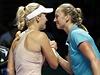 Petra Kvitová gratuluje k výhře Caroline Wozniacké.