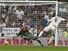 Pepe z Realu Madrid překonává Cladia Brava v brance Barcelony.