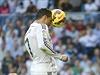 Ronaldo se snaží skórovat hlavou.