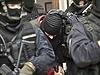 Kamila Jirounka (uprostřed s černou kuklou na hlavě), jednatele společnosti Oleo Chemical, přivádějí k soudu ozbrojení policisté.