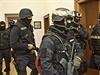 Kamila Jirounka (uprostřed za policistou) eskortují policisté k soudu.