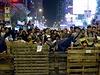 Demonstranti brání své pozice před policií budováním barikád.
