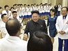 Dojatý výkvět severokorejského sportu. Kim Čong-un gratuluje atletickému týmu KLDR za jeho triumf na 17. ročníku Asijských her. Ty letos v termínu 19. 9. - 4. 10. hostil jihokorejský Soul.  (Fotografie vydaná státní agenturou KCNA 19. října).