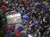 Demonstranti v centru Hongkongu sledují jednání mezi studenty a vládou, přenášené živě na obří obrazovky.