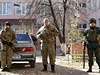 Vojáci střeží volební místnost ve východoukrajinském Slavjansku.