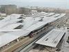 Pro Wien Hauptbahnhof jsou typick� prohnut� ocelov� st�echy. Stavba za�ala u� v...