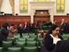 V budově parlamentu zrovna zasedala vláda...