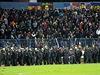 Těžkooděnci obklopili sektor Sparty. První poločas zápasu se Slovanem přinesl více vzruchu na tribunách než na hřišti.