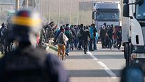 Imigranti prchaj� p�ed francouzskou polici� v Calais.