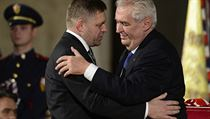 Slovensk� premi�r Robert Fico (vlevo) p�evzal 28. ��jna na Pra�sk�m hrad�...