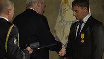 Re�is�r Filip Ren� (vpravo) obdr�el od prezidenta Milo�e Zemana 28. ��jna na...