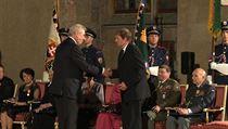Wonkův bratr přebírá medaili za zásluhy pro Pavla Wonku in memoriam z rukou prezidenta Zemana.
