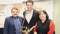 ��f hokejov�ho svazu Tom� Kr�l (zleva), Jarom�r J�gr a Jana Obermajerov� na...