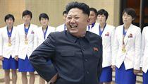 Rozz��en� Kim �ong-un ve spole�nosti severokorejsk�ch atletek (ilustra�n� sn�mek).