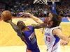 Eric Bledsoe z Phoenixu Suns (vlevo) se snaží prosadit přes Spencera Hawese z...