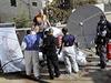 Izraelské bezpečnostní jednotky a zdravotníci nad tělem zastřeleného Palestince Mutaze Hidžázího.