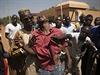 Postřelený demonstrant. Protivládní bouře v západoafrické Burkině Faso si vyžádaly už desítky lidských životů.
