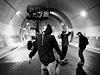 Tunelem Blanka se prohánějí skateboardisti.