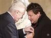 Prezident Milo� Zeman ud�luje st�tn� vyznamen�n� re�is�rovi Robertu Sedl��kovi.