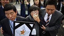 Matka a otec (vlevo) zesnul�ho voj�na Jun Sung-jua opou�t�j� budovu vojensk�ho...