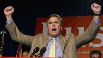 Jeb Bush oslavuje sv� v�t�zstv� nad demokratick�m kandid�tem Billem McBridem v...