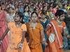 Uprostřed stadionu tancovalo ve stejném rytmu asi 2000 dívek v těch...