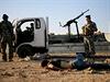 Irácké bezpečnostní složky kontrolují mrtvá těla bojovníků IS.