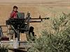Vojáci syrské kurdské armády na voze s těžkým kulometem.