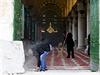 Palestinci čistí mešitu al-Aksá po střetech s izraelskou policií.