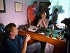 Mat�j H�dek (vlevo) s Annou Geislerovou p�i nat��en� filmu Poh�dk��.