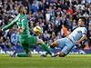 Zákrok! Brankář United David De Gea likviduje střelecký pokus Sergia Agüera.