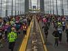 Momentka z newyorského maratonu. Běžci chvíli po startu na Verrazano-Narrows...
