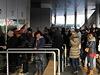 První zájemci o vstupenky čekali před pražskou O2 arenou už několik hodin před otevřením pokladen.