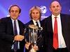 S trofejí pro vítěze. Zleva: Michel Platini, Pavel Nedvěd a Miroslav Pelta.